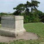 Socle attendant la statue de Brassens.