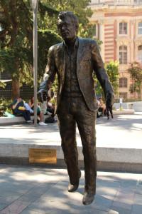 Photo DR (Statue de Claude Nougaro à Toulouse, par Sébastien Langloÿs)