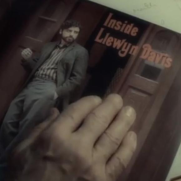 Cette image, hommage direct à Dave Van Ronk, qui a inspiré le personnage de Llewin Davis, passe très vite dans le film. Cette pochette fictive ressemble...